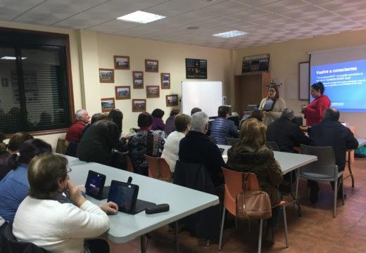 Veciños e veciñas de Frades asisten a un curso para aprender a manexar as súas tabletas e smartphones