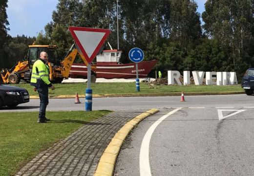 Un letreiro de Riveira a gran escala para dar a benvida á saída da autovía de Barbanza