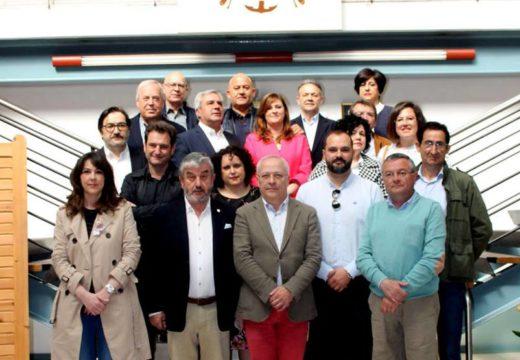 A concelleira Ana Soneira asina os novos estatutos da Asociación de Concellos do Camiño Inglés
