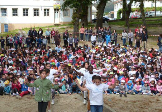 Uns 650 nenos e nenas de Brión homenaxean a María Victoria Moreno na Festa das Letras celebrada na Carballeira de Santa Minia