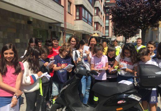 """Os escolares do Graxal """"multan"""" aos infractores para concienciarlos da seguridade viaria"""