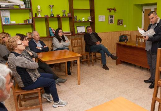A FAEPAC móstralle á veciñanza de San Sadurniño como aforrar na factura da luz