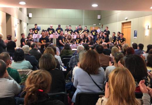 """Máis de douscentos veciños e veciñas desafían á choiva e desfrutan dos seis concertos da """"Noite en Branco da Magariños"""""""