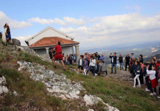 Preto de cen persoas participaron onte na visita teatralizada ao Pico Sacro