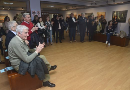"""Numerosas persoas arrouparon a Marisa Redondo no Lustres Rivas no acto inaugural da exposición """"Cores do mar de Arousa"""""""