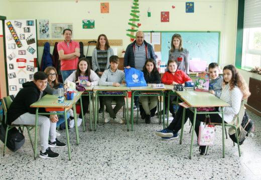 A Mancomunidade de Ordes entrega ao CEIP Celso Emilio Ferreiro o segundo lote de libros do concurso 'Rosalía verso a verso'