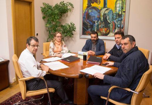 """O director xeral de Enerxía e Minas promete """"colaboración institucional"""" na tramitación dos parques eólicos da comarca"""