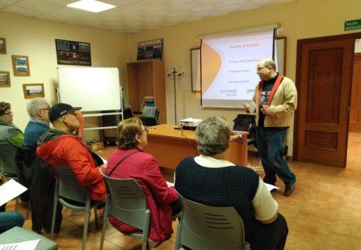 Veciños e veciñas de Frades asisten a unha charla na que aprenderon medidas de aforro na factura da luz
