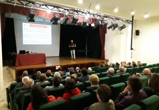 Medio cento de maiores de Lousame participan nunha charla da Garda Civil sobre como previr estafas, roubos e timos