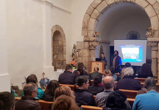 Máis de 30 persoas asistiron á conferencia de Rafael Quintía ofrecida dentro do programa 'Un mes e Pico'