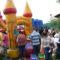Os meniños e meniñas da gardería municipal de Brión celebran coas súas familias unha festa de fin de curso con inchables