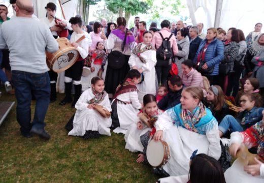Preto de trescentas persoas participaron na I Foliada Airiños Galegos, celebrada no campo da festa de Galegos (Frades)