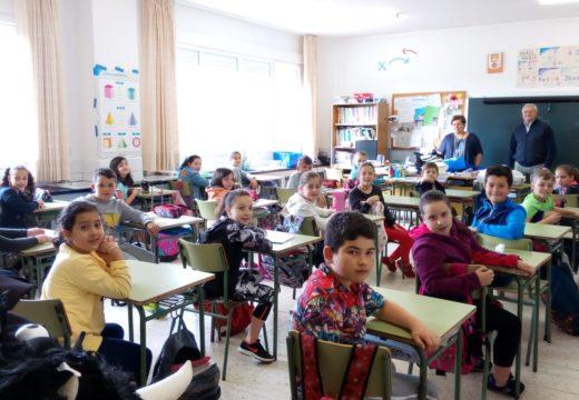 José Dafonte entrega os libros do concurso 'Rosalía verso a verso' no CPI Viaño Pequeno