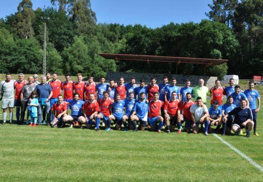 Un partido entre a SD Ponte Carreira e un equipo de veteranos serviu para reinaugurar o campo municipal de fútbol da Chousa (Frades)