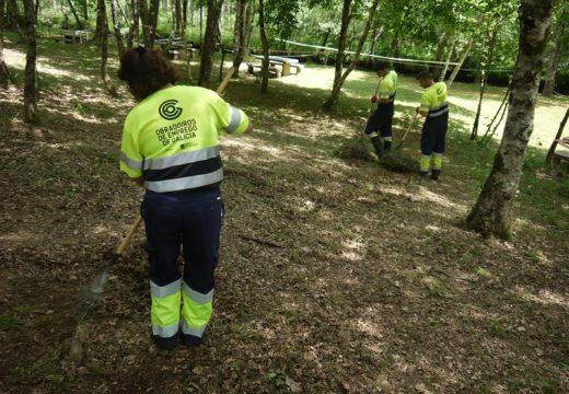 Os alumnos do Obradoiro de Emprego de Touro e O Pino acondicionan os espazos naturais e áreas recreativas dos dous concellos