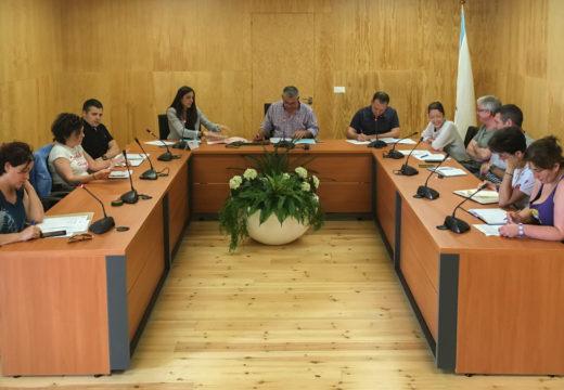 O pleno de San Sadurniño declara persoas non gratas aos membros da «Manada»
