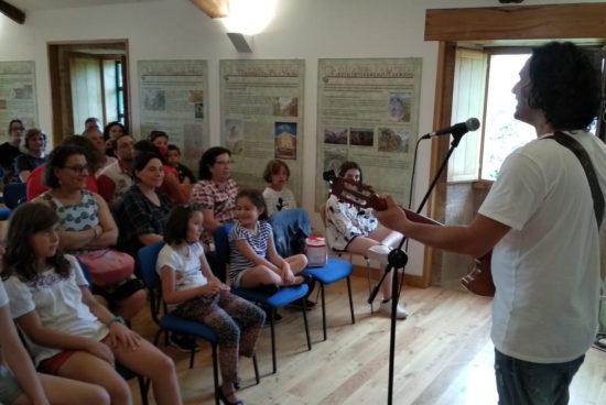 Medio cento de persoas participaron na sesión de animación á lectura ofrecida por Manoele de Felisa