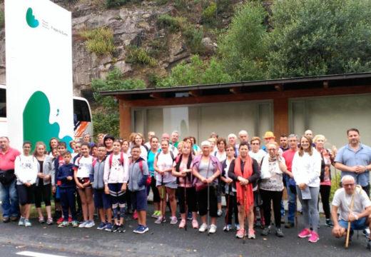 Unha excursión municipal leva máis de cincuenta persoas a coñecer as Fragas do Eume e a practicar sendeirismo
