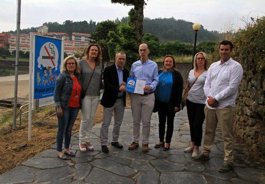 O conselleiro de Sanidade entrega por segundo ano o diploma de ouro ao concello de Corcubión por ter todas as súas Praias Libres do Fume do Tabaco