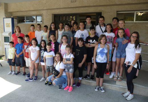 Nenos e nenas de Touro, de campamento en Ribadeo