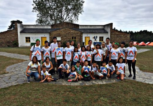 Nenos e nenas de Touro disfrutaron de 15 días de campamento en Ribadeo