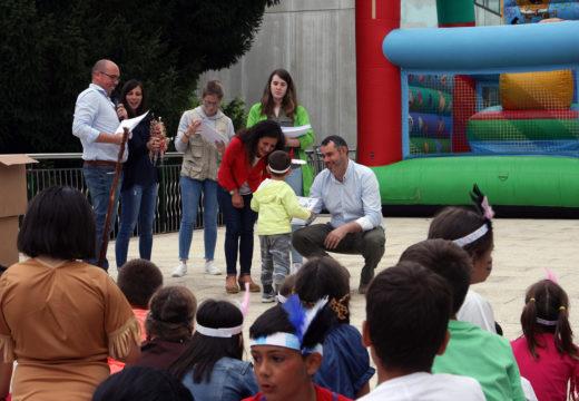 O alcalde e a concelleira de Educación asisten á festa do Summer Camp