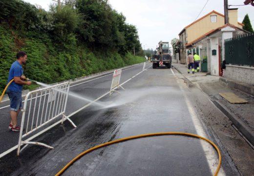 A brigada de obras do Concello de Lousame acomete reparacións na rede de saneamento e pluviais no lugar de Merelle