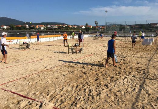 O primeiro torneo de tenis praia de Noia reúne a máis de corenta participantes