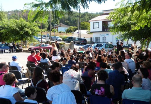 Preto de cen nenos e nenas, de entre 7 e 15 anos, participan no encontro das bandas de música infantís e xuvenís de Meaño e Lousame