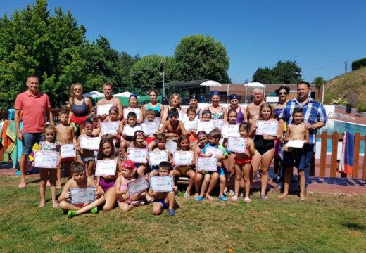 Un total de 51 persoas participaron nos cursos de natación e na primeira edición de ximnasia na auga organizados polo Concello de Frades