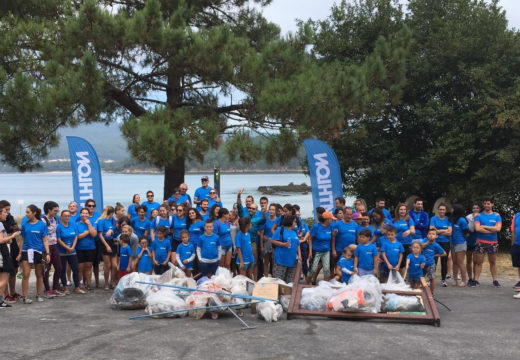 Setenta persoas participan na xornada de voluntariado ambiental para limpar a praia do Testal convocada por Decathlon Santiago
