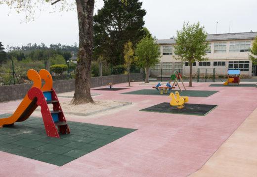 Moeche dálle voz á rapazada na remodelación do parque infantil de San Ramón