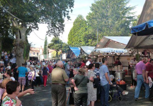 Milleiros de romeiros e devotos de toda Galicia compren coas respectivas tradicións no Día de Santa Mina