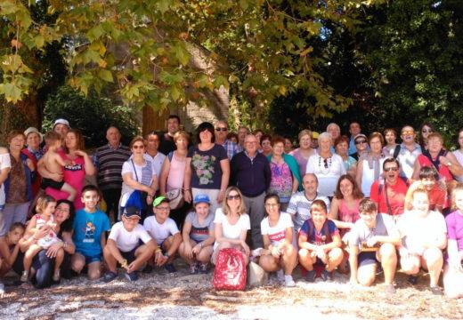 Sesenta veciños e veciñas de Frades participaron nunha viaxe á Illa de Cortegada
