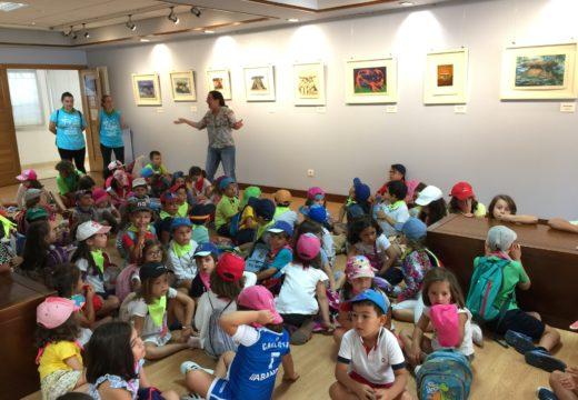 Nenos do Verán Cultural visitan a exposición en homenaxe ao Dolmen de Axeitos