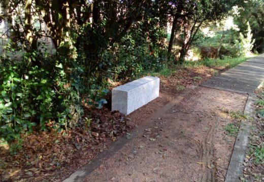 O concello de Riveira instala bancos no paseo fluvial de Artes para facilitar puntos de descanso aos seus usuarios