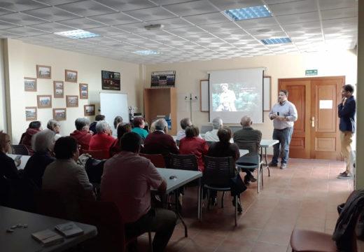 Un total de 32 veciños e veciñas de Frades asisten a unha charla sobre cancro do psicólogo da Xunta Local de Ordes da AECC