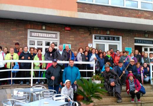 Cincuenta veciños e veciñas de Frades percorreron a segunda etapa do Camiño de Fisterra, de Negreira a Olveiroa