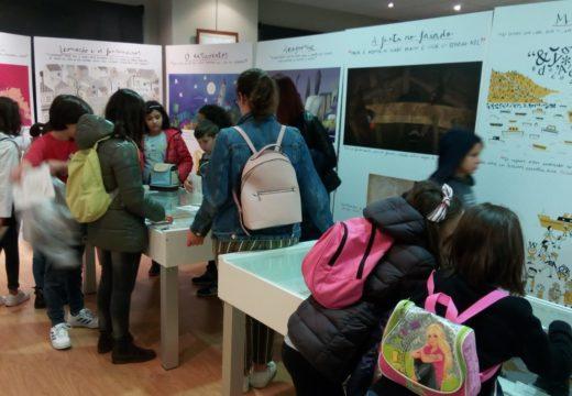 Visita dos escolares do Castelao á mostra sobre María Victoria Moreno