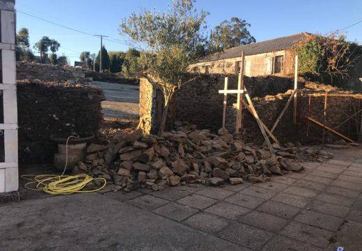 Arrancan as obras de rehabilitación da construción situada a carón da igrexa de Vilamaior