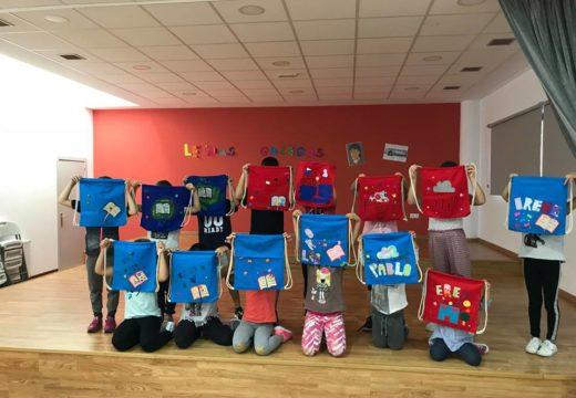 Nenos e nenas de Touro, no obradoiro para aprender a facer bolsas de lectura