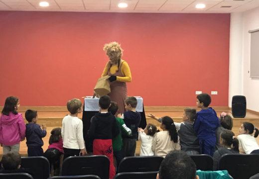 Nenos e nenas de Touro disfrutan na Casa da Cultura das Raposadas de Raquel Queizás