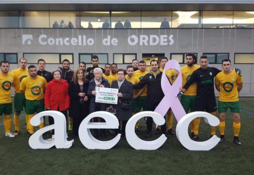 A A.D. Vila de Ordes entrega un donativo de 506 á xunta local de Ordes da AECC