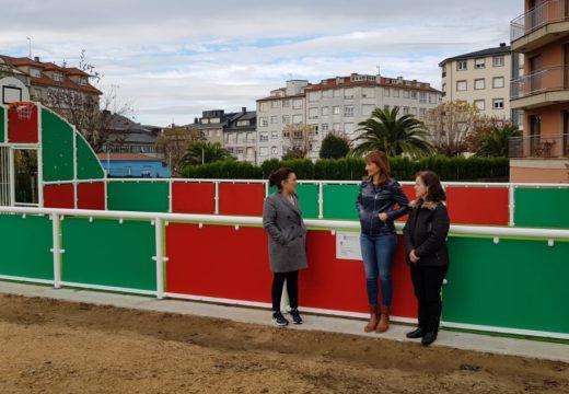 Marta Míguez comproba o estado da pista multideporte de Santa Comba tras as obras realizadas pola Xunta de Galicia e o concello