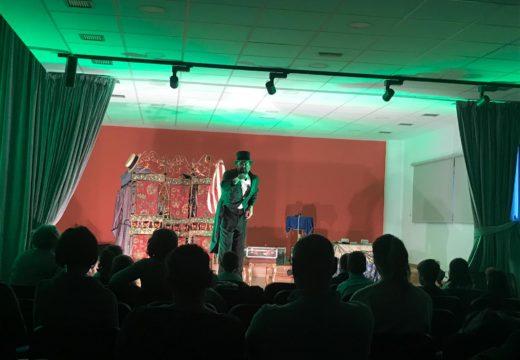 O espectáculo Lafayette Show de Cayetano Lledó enche de maxia a Casa de Cultura de Touro