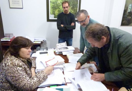 Teresa Villaverde recibe a recompilación e análise da documentación histórica do Camiño a Santiago pola Ría de Muros Noia