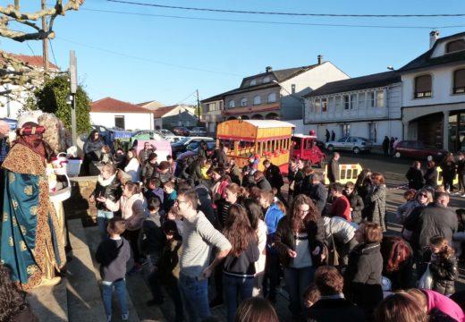 Máis de cincocentas persoas reciben a Melchor, Gaspar e Baltasar en Frades