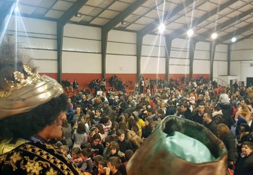 Máis de 400 persoas participaron na Tarde de Reis que o Concello de Boqueixón celebrou onte no pavillón polideportivo do Forte