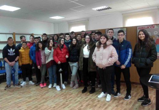 Alumnado de ESO do CPI Antonio Orza Couto visitou a mostra 'Á Violencia de Xénero dille Non' que se expón ata hoxe no Concello de Boqueixón