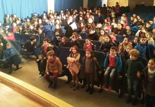 Uns 550 alumnos de primaria do municipio asistiron a unha obra teatral como inicio da programación en homenaxe a Rosalía